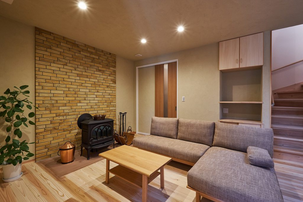 自然に囲まれた環境と自然素材を味わえる薪ストーブのある家